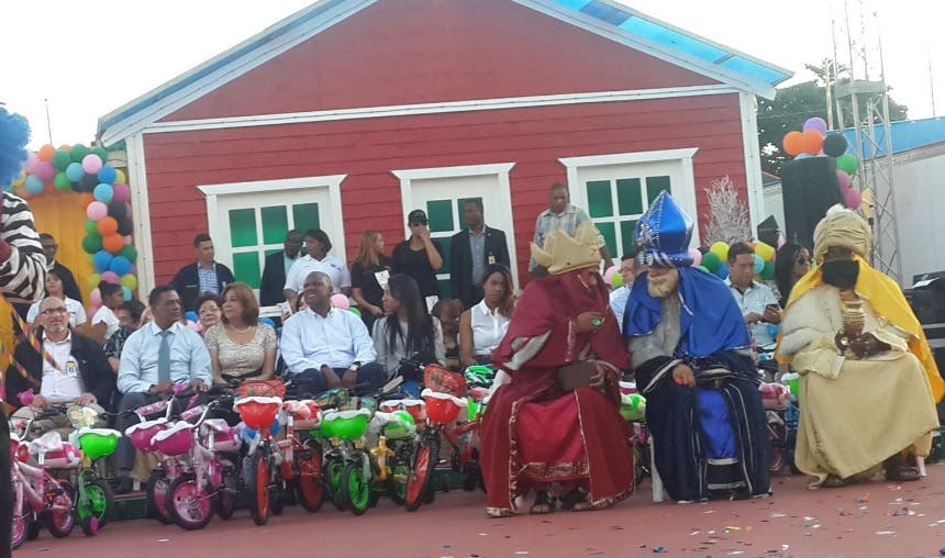 Ayuntamiento de SDE entrega juguetes a miles de niños de escasos recursos