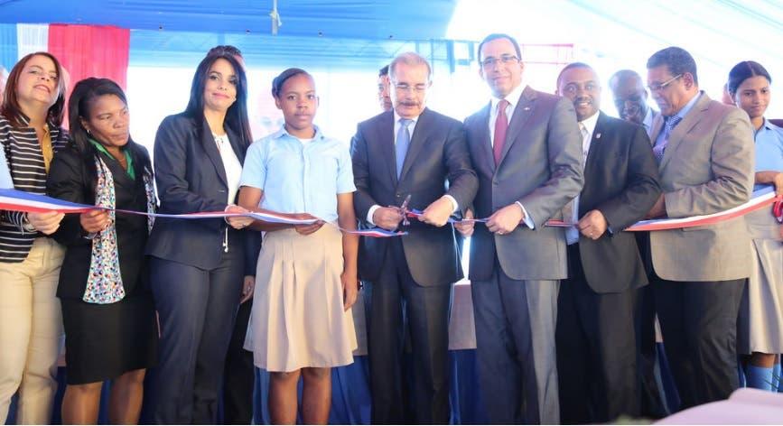 Danilo Medina entrega un liceo y una escuela en Santo Domingo Norte