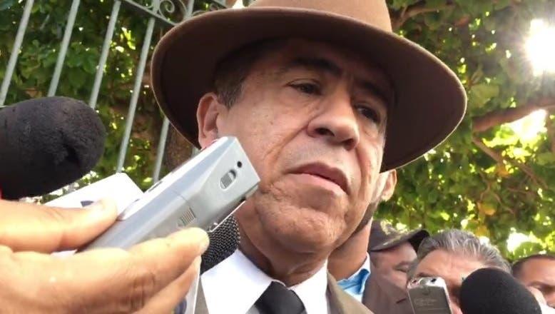 Percival Peña en las afueras del Palacio Nacional. Fuente externa.