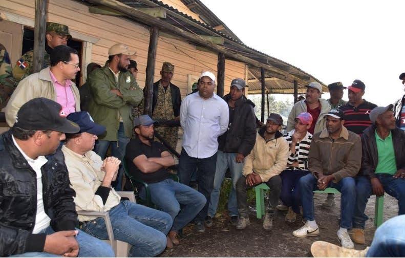 Domínguez Brito escucha a residentes Valle Nuevo previo a retiro de producción agrícola