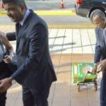 Acompaña a Robert Valdez una persona que porta una caja verde en la que se presume estaría la documentación requerida por el procurador Jean Alain Rodríguez. Foto: fuente externa.