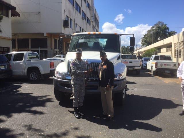 MOPC dona camión a Fuerza Aérea para transportar combustibles aeronaves