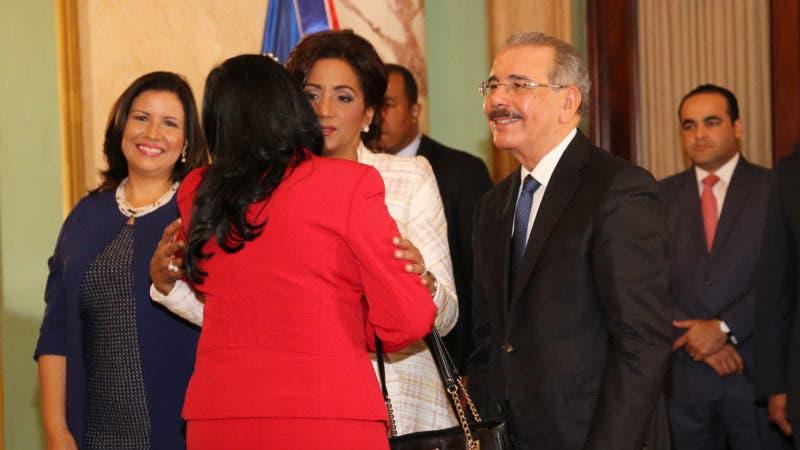 El presidente Danilo Medina, acompañado de la primera dama Cándida Montilla de Medina, recibió los saludos de Año Nuevo de parte de miembros de los demás poderes del Estado, del Cuerpo Diplomático y Consular acreditado en el país y de representantes de organismos internacionales. Hoy/Fuente Externa 11/1/17