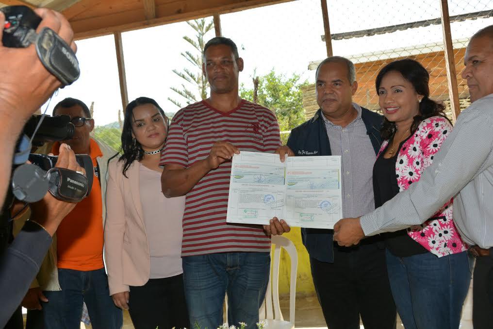 Gobierno financia productores de Valverde a través del FEDA con unos 96 millones de pesos