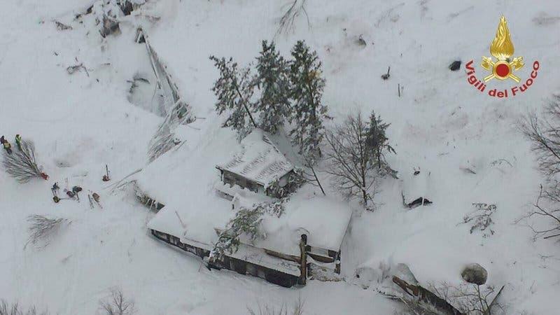 Una vista aérea del hotel de Rigopiano golpeado por una avalancha en Farindola, Italia, el jueves 19 de enero de 2017. (Bomberos italianos via AP)