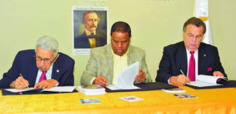 José Joaquín Pérez Saviñón, Danilo Díaz y Ricky Noboa firman el acuerdo de cooperación ayer