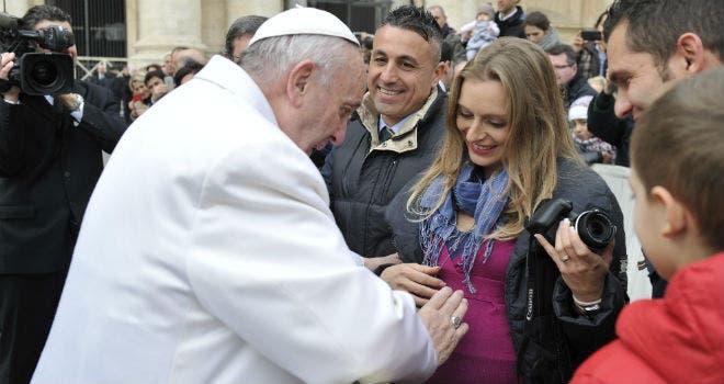 Papa Francisco afirma que las mujeres son más valientes que los hombres
