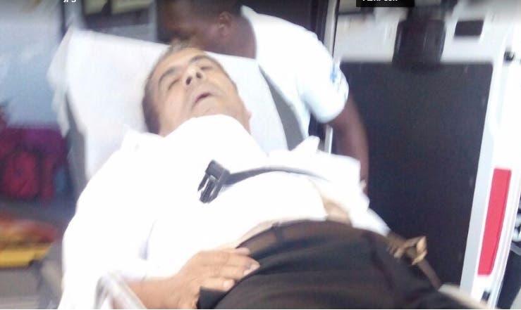 Momentos en que el general Percival Peña era trasladado al hospital de las FFAA.