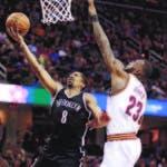 Spencer Dinwiddie (8), de los Nets, trata de anotar un disparo ante la defensa de LeBron James (