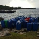 A los implicados se les ocuparon 43 garrafones de combustible que serian utilizados para reabastecer la lancha.