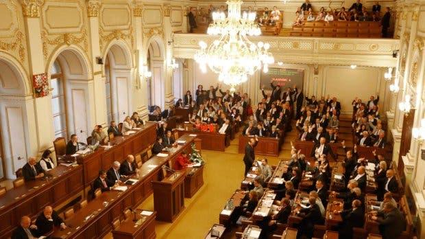 Nueva ley checa prohíbe a los ministros tener medios de comunicación