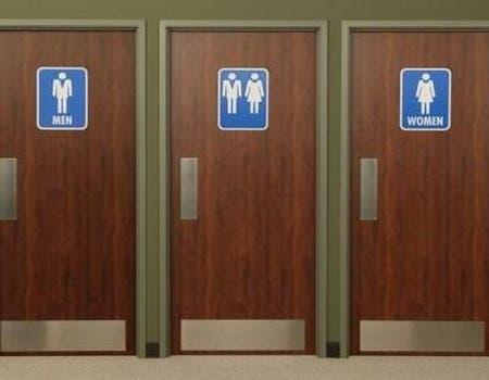 Gobierno de Trump prepara normas sobre baños para LGBT