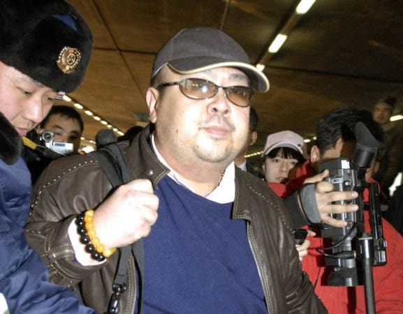 En esta imagen de archivo, tomada el 11 de febrero de 2007, un hombre que se cree es Kim Jong Nam, el hijo mayor del entonces líder de Corea del Norte, Kim Jong Il, rodeado por medios de comunicación a su llegada al aeropuerto de Beijing procedente de Macao. Kim fue asesinado en un aeropuerto de Kuala Lumpur el 14 de febrero y antes de morir dijo a los sanitarios que lo atendieron que había sido atacado con un espray químico, según las autoridades malasias. (Kyodo News via AP, archivo)