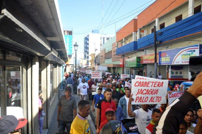 Santiago.- comunidades de la cordillera septentrional solicitan con urgencia la construccion de la carretera jacagua - palo alto. marcharon hasta la gobernacion. HOY      GERALDO CRUZ