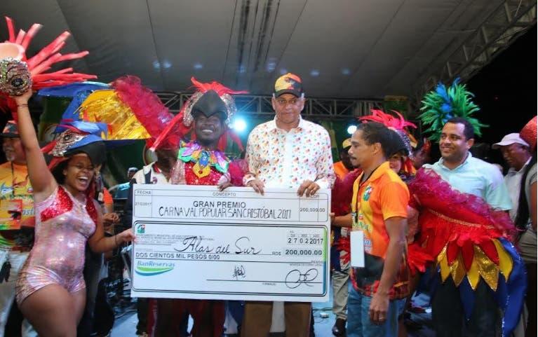 Nelson Guillén entrega más de un millón de pesos a comparsas ganadoras Carnaval 2017