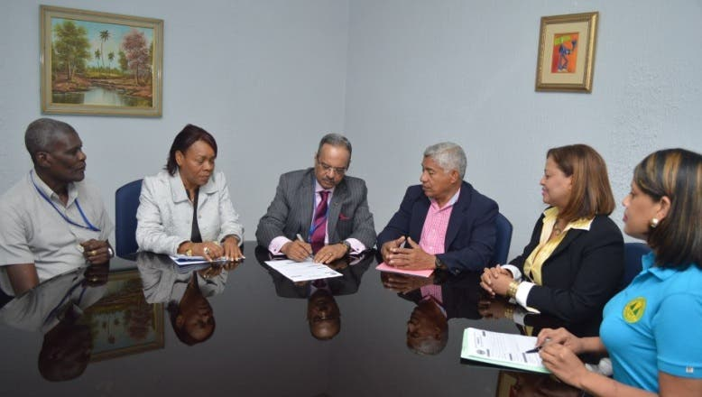 Cesar Mella se inscribe en cooperativa del IDSS; llama a asumir el ahorro como cultura