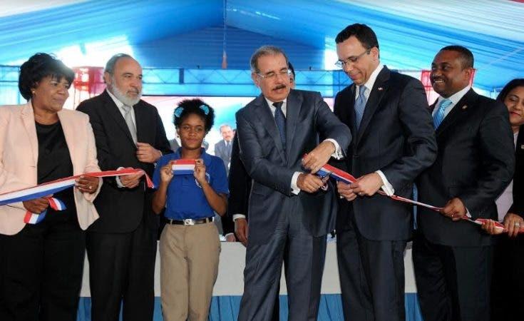Presidente Medina corta la cinta para dejar inaugurado el centro educativo/Foto: PresidenciaRD