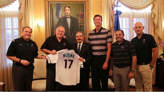 Danilo Medina recibe camiseta