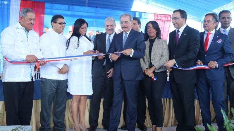 Medina dejó en servicio las infraestructuras durante un acto conjunto celebrado en Santiago Rodríguez.