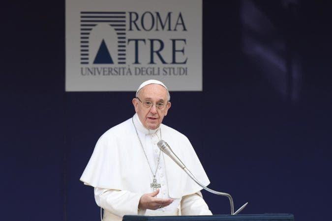 El papa Francisco interviene durante su visita a la Universidad de Roma, en Roma (Italia), hoy, 17 de febrero de 2017. EFE/Claudio Peri