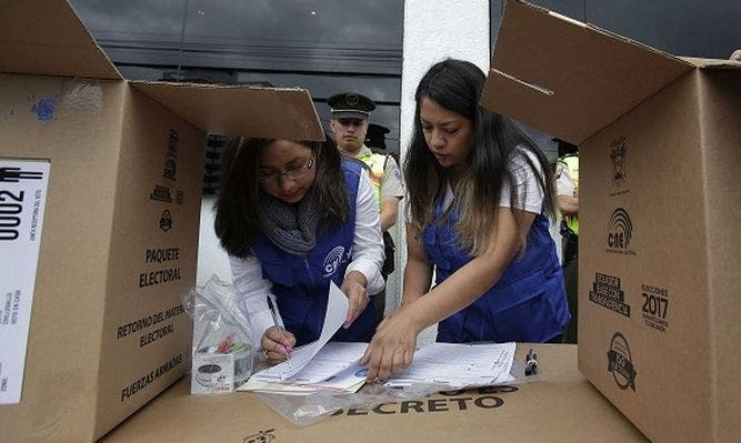 Ecuatorianos acuden a las urnas para elegir nuevo presidente