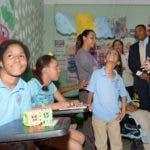 El ministro de Educación, Andrés Navarro durante el recorrido por la escuela.