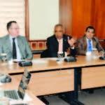 Francisco Santana, presidente de la comisión, coordina reunión