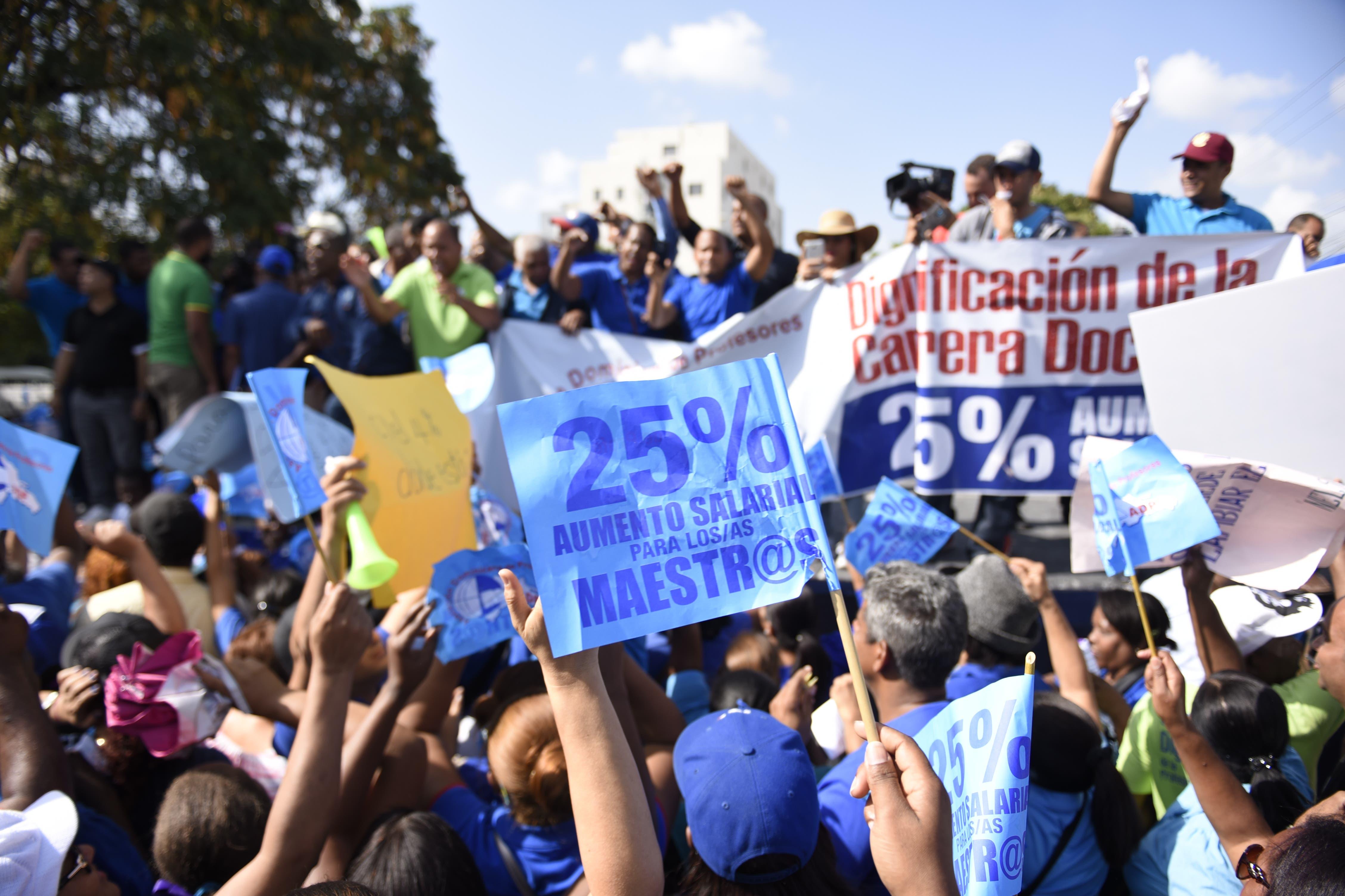 Cientos de maestros afiliados a la Asociación Dominicana de Profesores (ADP) marcharon este viernes hacia el Ministerio de Educación en demanda de aumento salarial y mejores condiciones de trabajo, entre otras reivindicaciones. Hoy/Arismendy Lora