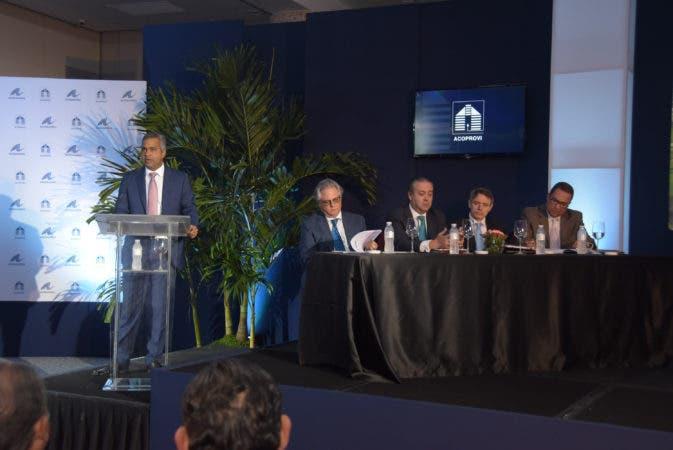 País / Informe de WaterCreek donde explican los puntos a construir comunidades para retirados extranjeros en República Dominicana, asociados a Asonahores y Acoprovi. EN Foto: Joel Santos, Presidente de Asonahores.