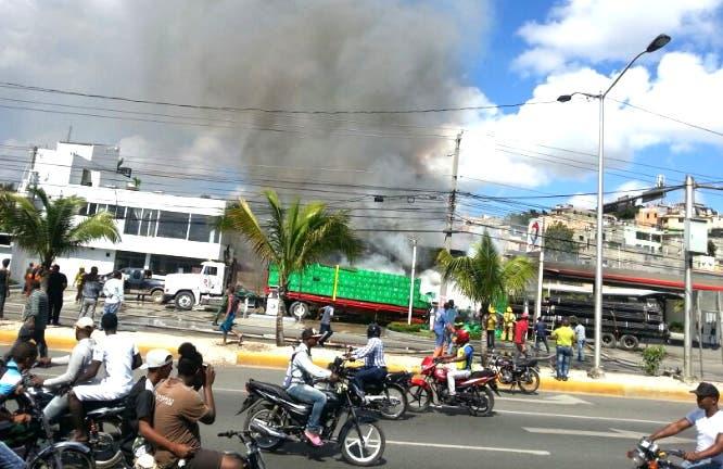 Al lugar se presentaron unidades del Cuerpo de Bomberos, las cuales sofocaron el fuego/Foto:@AMETRD