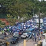 Panorámica de los maestros que marchan hacia el Ministerio de Educación. Foto: @joelpatino