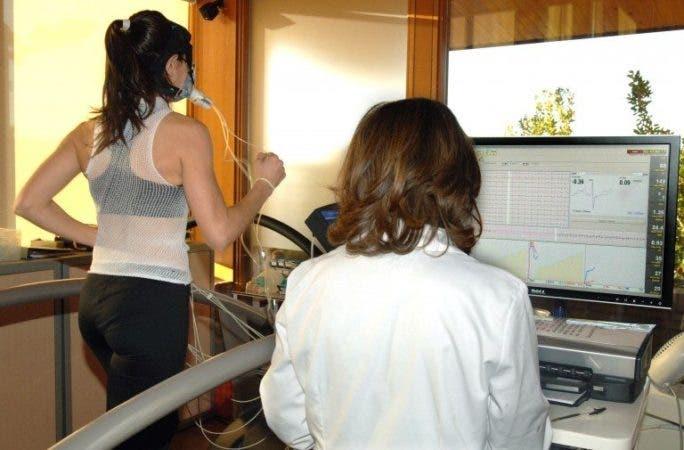 na mujer realiza un test de esfuerzo para calibrar su capacidad cardíaca. Foto: Paco Torrente.