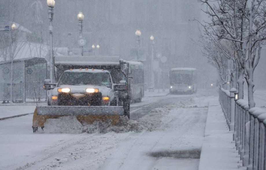 Miles de vuelos cancelados por la nieve en Nueva York y el noreste de EE.UU.