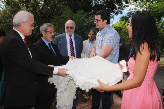 El ministro de Cultura de Paraguay,  Fernando Griffith,  acompañado del ministro Pedro Vergés y otros funcionarios durante el recorrido por la Plaza de la Cultura Juan Pablo Duarte.