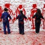 Un grupo de artistas españoles y etíopes posan delante del mural instalado en la Universidad Complutense de Madrid en el que han plasmado sus dibujos y mensajes contra la violencia machista. EFE/Kote Rodrigo.