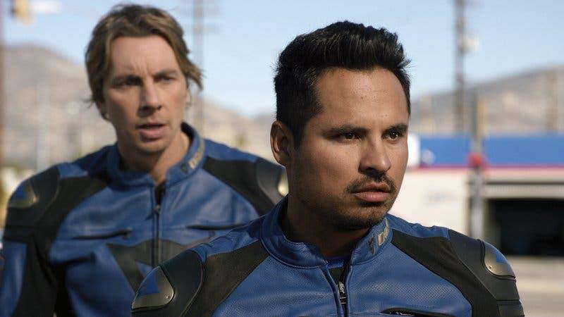 Dax Shepard se sube a una moto con Michael Peña en CHIPS