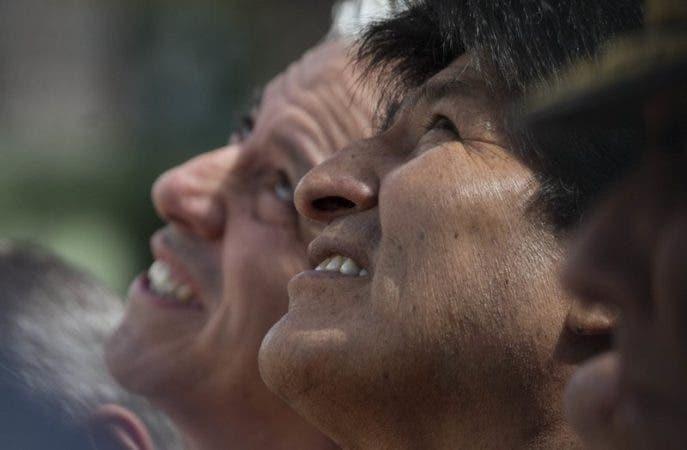 El presidente boliviano Evo Morales, derecha, y su vicepresidente Álvaro García Linera, asisten a un evento para honrar al líder nacional Eduardo Avaroa, que murió en la guerra del Pacífico (1879-1884) durante el Día del Mar, conmemorado en La Paz, Bolivia, el jueves 23 de marzo de 2017. Este día, Bolivia recuerda la pérdida de su costa en el Pacifico en una guerra con Chile en el siglo XIX. (AP Foto/Juan Karita)
