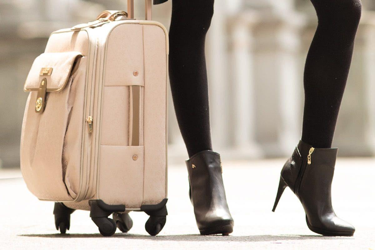 """Polémica por prohibir a chicas subir a avión de United Airlines con """"leggins»"""