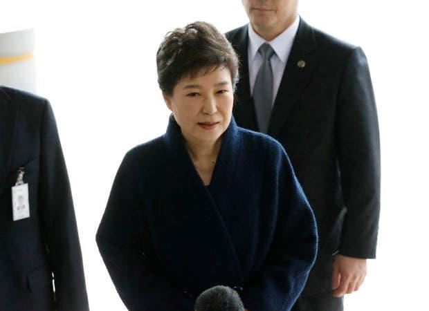 En esta imagen de archivo, tomada el 21 de marzo de 2017, la destituida presidenta de Corea del Sur, Park Geun-hye, a su llegada a la oficina de la fiscalía en Seúl, Corea del Sur. La fiscalía surcoreana habría decidido pedir al tribunal que emita una orden de detención contra Park Geun-hye por acusaciones de corrupción, según medios surcoreanos. (Kim Hong-ji/Pool foto via AP, archivo)