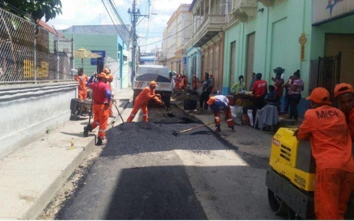 Brigadas de Obras Públicas en labores de asfaltado/Foto: Fuente externa.