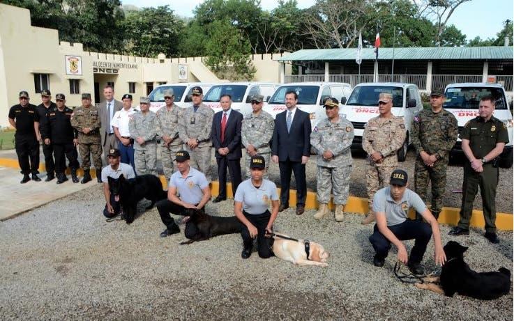 Embajada de EEUU dona 40 caninos y siete vehículos a la DNCD y otras instituciones