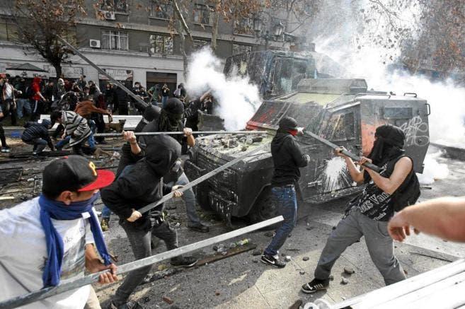 Dos policías y un guardia privado heridos y 38 personas detenidas, además de comercios saqueados y daños a la propiedad, dejaron los incidentes ocurridos en Santiago de Chile/Foto: fuente externa.