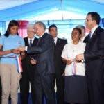 El presidente Medina corta la cinta para dejar inaugurado el liceo Salomé Ureña de Henríquez, en Pizarrete/Foto: Fuente externa.
