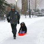 (ESTADOS UNIDOS) 14/03/2017.- Un hombre empuja el trineo de su hijo en el Washington Square Park de Nueva York, Estados Unidos, hoy, 14 de marzo de 2017. Mientras que las ciudades de Nueva York y Boston se emitieron advertencias de ventisca, en la ciudad de Washington se espera que caigan de dos a cuatro pulgadas de nieve. EFE/Jason Szenes