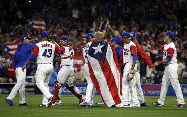 MAN01. SAN DIEGO (EE.UU.), 14/03/2017.- Los jugadores de Puerto Rico celebran su victoria hoy, martes 14 de marzo de 2017, durante un juego entre República Dominicana y Puerto Rico por el IV Clásico Mundial de Béisbol, que se realiza en San Diego, California (Estados Unidos). EFE/MIKE NELSON