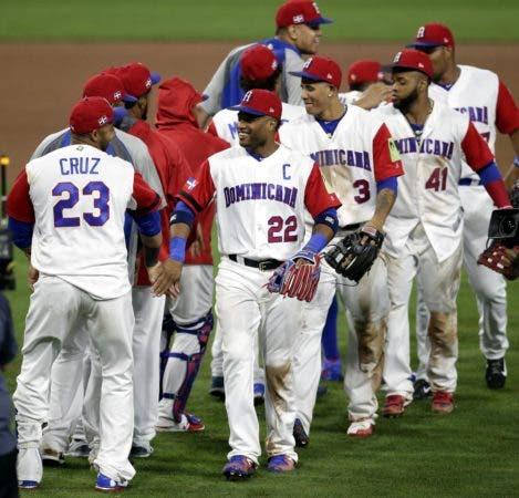 MAN36 SAN DIEGO (ESTADOS UNIDOS) 17/03/2017.- El jugador dominicano Robinson Cano (c) recibe las felicitaciones de su compañero Nelson Cruz (izq) tras el partido del Grupo F del Clásico Mundial de Béisbol disputado contra Venezuela en San Diego, California (Estados Unidos) el 16 de marzo de 2017. EFE/Mike Nelson