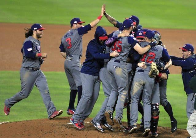 MAN28 LOS ANGELES (ESTADO UNIDOS) 23/3/2017 Los jugadores de Estados Unidos celebran la victoria sobre Puerto Rico en la final del Clásico Mundial de Béisbol hoy, 22 de marzo de 2017, en el estadio Dodger de Los Ángeles, California EFE/MIKE NELSON