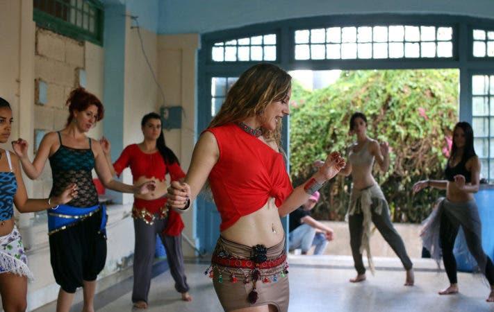 """HAB05 LA HABANA (CUBA) 23/07/17.- Fotografía del 21 de marzo de 2017 de la bailarina española Sara Guirado impartiendo un taller con alumnas cubanas en La Habana (Cuba). Guirado se toma como algo """"curioso"""" su condición de """"bailarina viral"""" en Youtube, donde acumula más de 45 millones de vistas en un vídeo que ha servido para """"acercar a mucha gente a la danza oriental"""", un arte """"nada inferior"""" que, según asegura, puede empoderar a quien lo practica. EFE/Alejandro Ernesto"""