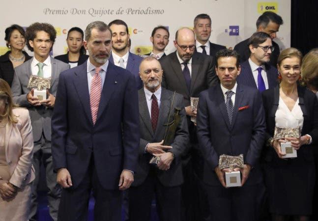 El Rey Felipe VI posa para la foto de familia con los galardonados en la XXXIV edición de los Premios Internacionales de Periodismo Rey de España, convocados por la Agencia EFE y la Agencia Española de Cooperación Internacional para el Desarrollo (Aecid), que ha tenido lugar hoy en la Casa de América, en Madrid. EFE/Ballesteros