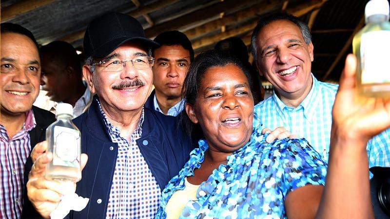 Danilo devuelve alegría a mujeres productoras de aceite de coco en Samaná. Fuente externa 19/03/2017